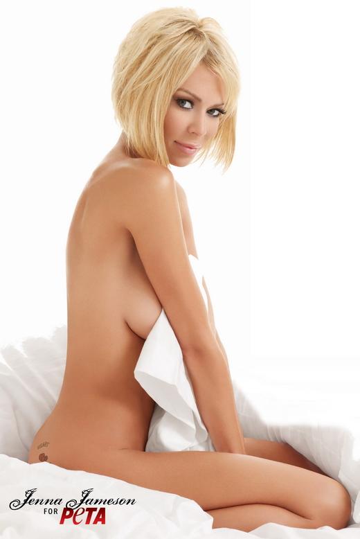 Jenna Jameson nackt auf einem Bett.