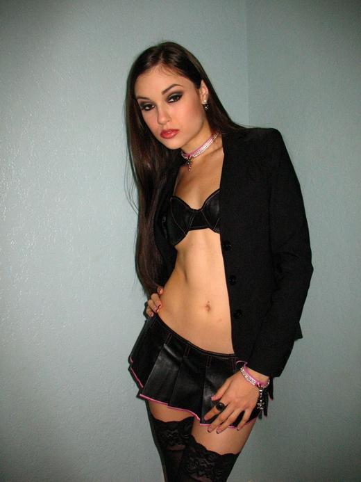 Sasha Grey posiert sexy in einem BH.